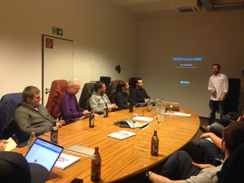 Alex begrüßt die Teilnehmer des ersten AWS Meetups